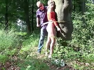 junge deutsche teen wird im wald bestraft
