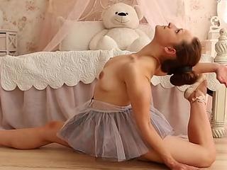 Brunette chick Nino Belover doing frightening spreads