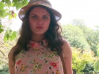 Francesca, jeune et jolie bourgeoise, offre son petit cul
