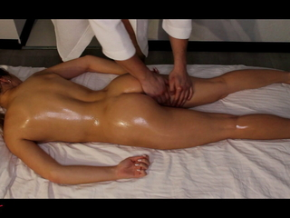 hot blonde gets an orgasm from a dildo by way of massage